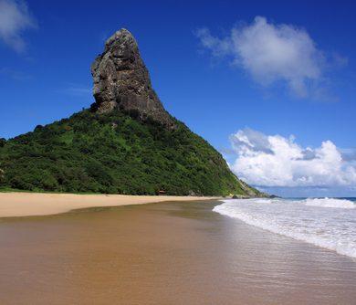 epéron rocheux surplombant la plage Fernando de Noronha